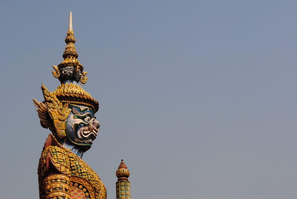 Statue de démon devant une temple en Thaïlande durant notre circuit en Thaïlande