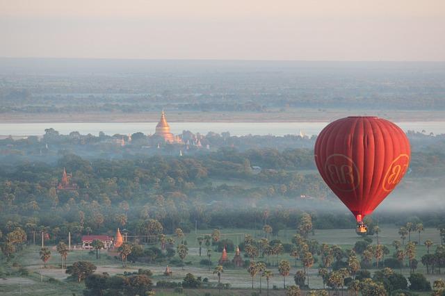 Myanmar - montgolfière sur les temples à Bagan
